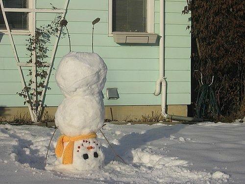 Снеговик-йог, снеговик вверх ногами